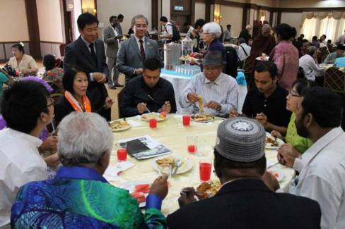 Bro. Tan, Bro. Ananda Fong and Datin Seri Mah chatting with Myanmar-Muslim delegates. (Photo from www.tbcm.org)
